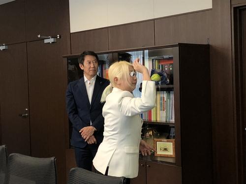 鈴木長官がダーツにチャレンジ