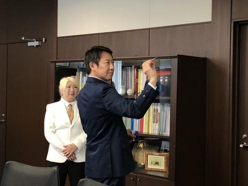 鈴木長官がダーツにチャレンジ(4)
